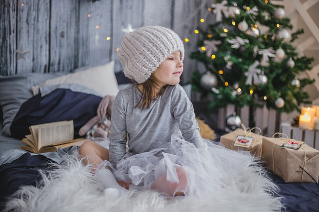 dívka a dárky