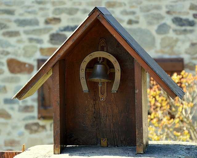 zvonek s podkovou.jpg