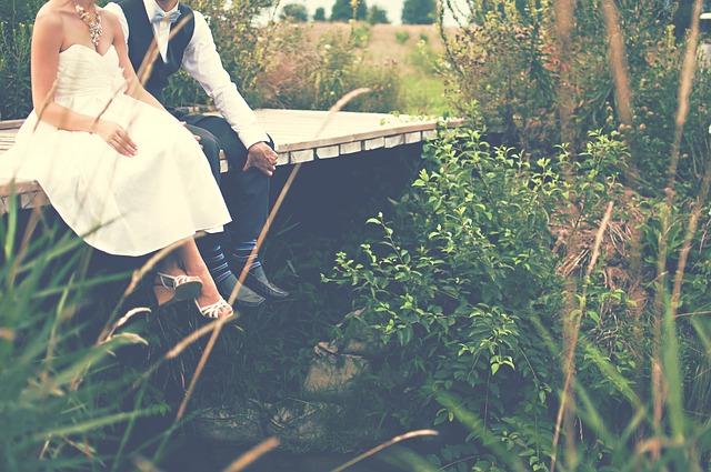 ženich a nevěsta na lávce