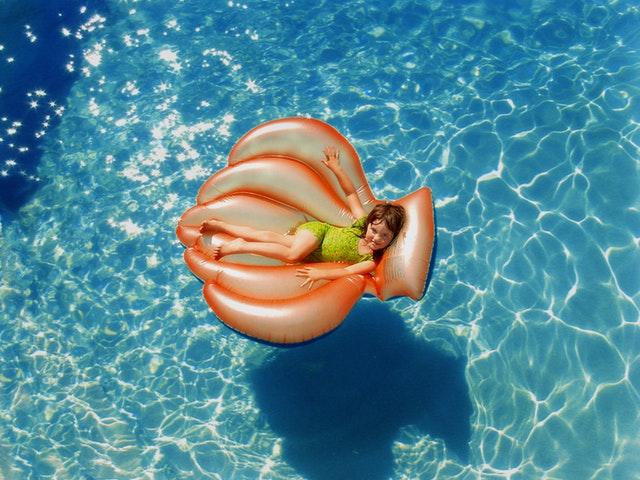 holčička na lehátku v bazénu