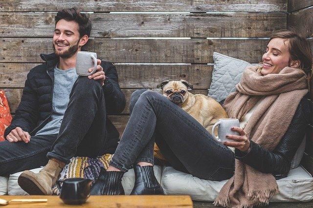 Muž a žena sedící s hrnečkem