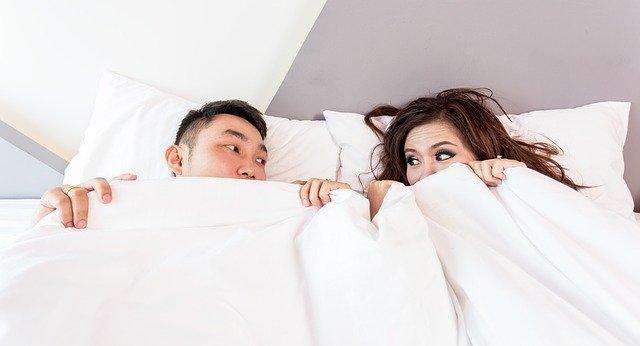 Muž a žena pod peřinou